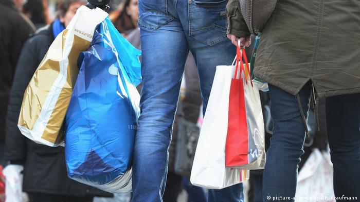 Мужчина с покупками в сумках
