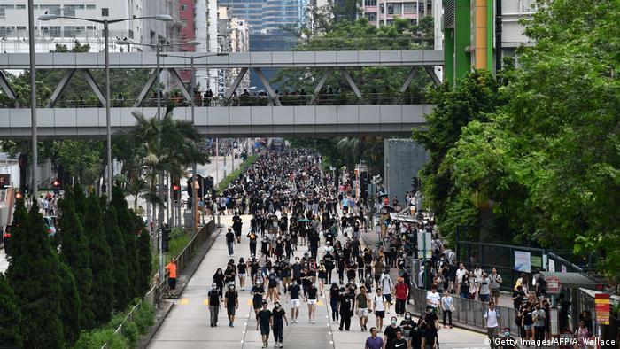Schwarz gekleidete Demonstranten auf dem Weg zur zentralen Kundgebung in Hongkong im August 2019