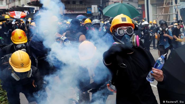 Tränengas-Schwaden steigen zwischen Demonstranten auf