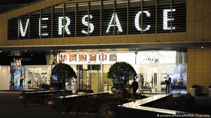 China Peking | Versace (picture-alliance/ROPI/A. Pisacreta)