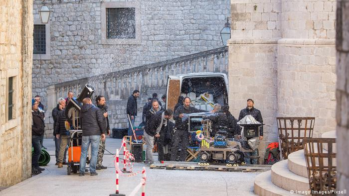 Equipe de filmagem em cenário medieval