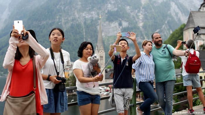 Как ли се живее в село с 770 жители край тихо езеро сред живописен пейзаж? Вероятно много добре. Ако обаче на това място всяка година пристигат около 1 000 000 туристи с 20 000 автобуса? Това надали е приятно за местните хора. Всъщност, точно това се случва в австрийското село Халщат от няколко години насам. То е особено популярно сред азиатците.