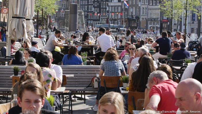 Vollbesetzte Cafés in der Innenstadt vonAmsterdam | Innenstadt
