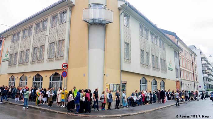 Oslolular bugün, saldırıya uğarayan caminin önünde toplanarak Müslüman toplumuyla dayanışma gösterdi.