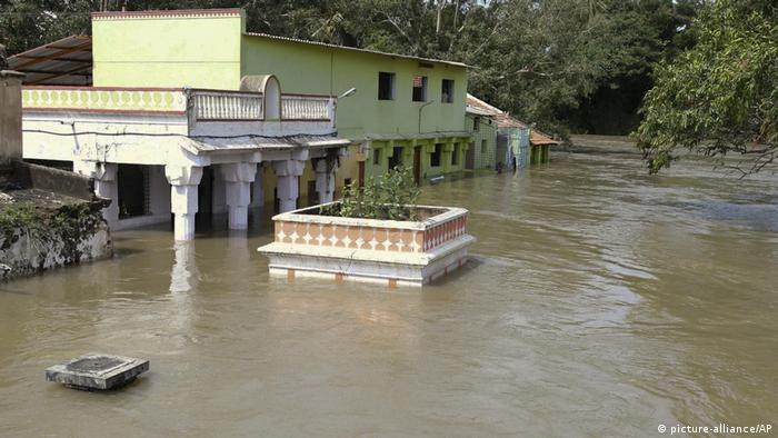 Indien Srirangapatna Mandya district in Karnataka Überschwemmungen durch Monsun-Regen (picture-alliance/AP)
