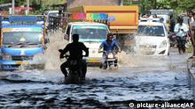 11.08.2019 *** Commuters move through a flooded road near Srirangapatna in Mandya district, Karnataka state, India, Sunday, Aug.11, 2019. Dozens of people have been killed and more than 400,000 displaced in floods and mudslides following days of torrential rains in southern India. (AP Photo)