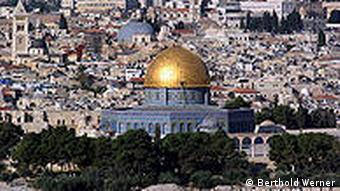 Der Felsendom in Jerusalem, im Hintergrund die Grabeskirche (Foto: Berthold Werner)
