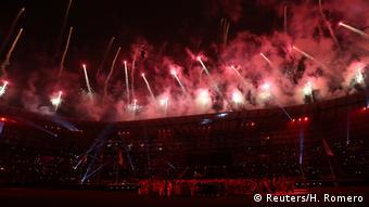 Fuegos artificiales sobre el Estadio Nacional, al final de la ceremonia de clausura de los XVIII Juegos Panamericanos.