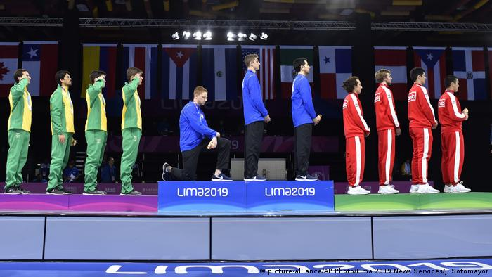 جوين بيري وريس إمبودين أظهرا أيضا غضبهما من القضايا الاجتماعية في الولايات المتحدة. قبل عام من التنافس أمام جماهير ضخمة في دورة الألعاب الأولمبية في طوكيو، حيث احتج الاثنان على سياسات دونالد ترامب بعدما ركع أحدهما على ركبته في اللقطة التي اشتهر بها كولن كوبرنيك، وقام الآخر برفع يده على غرار تومي سميث وجون كارلوس ضد التمييز العنصري عام 1968.