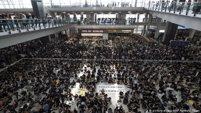 Protesters at a sit-in rally at the arrival hall of the Hong Kong International airport (picture-alliance/AP Photo/V. Thian)
