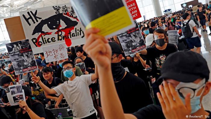 Hongkong Protest gegen China | Flughafen - Demonstration & Lahmlegung Flugverkehr (Reuters/T. Siu)