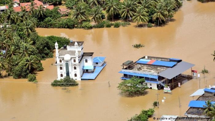 Indien Überschwemmung in Kerala (picture-alliance/AP Photo/Indian Navy )