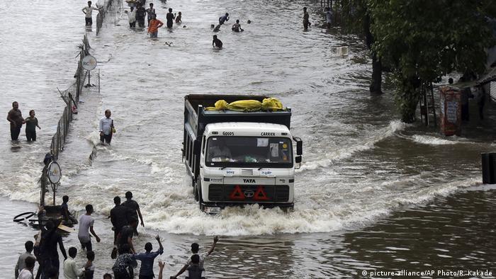 Indien Monsun & Überschwemmungen in Mumbai (picture-alliance/AP Photo/R. Kakade)