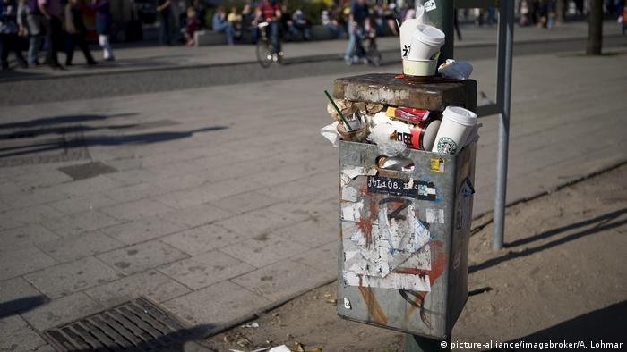 Deutschland überfüllter Mülleimer in Berlin
