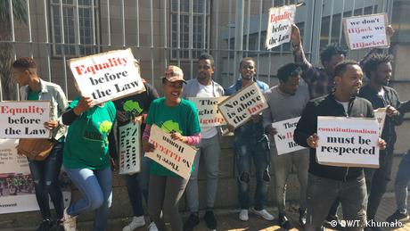 South Africans protesting against the detention and arraignment of migrants in South Africa (DW/T. Khumalo )