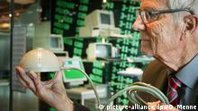 14.05.2019, Nordrhein-Westfalen, Paderborn: Elektroingenieur Rainer Mallebrein zeigt die erste Computermaus. Weltweit gibt es nur noch vier Exemplare: Der Erfinder der allerersten Computermaus hat nun eines der seltenen Geräte nach Nordrhein-Westfalen verschenkt. «Das ist die Ur-Maus. Wir waren unserer Zeit weit voraus. Wir haben sie zwischen 1965 und 1968 entwickelt, als es noch keine Personal Computer gab, nicht einmal das Wort PC», sagte der 85-Jährige am Dienstag in Paderborn. Foto: Dieter Menne/dpa +++ dpa-Bildfunk +++   Verwendung weltweit