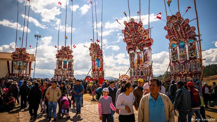 A 3.700 metros de altura y unos 30 kilómetros del Cusco, el pueblo de Chinchero es parte del circuito del Valle Sagrado de los Incas. La celebración de la Virgen de la Natividad es una de las principales fiestas costumbristas del pueblo. Una multitudinaria y colorida manifestación de cómo historia y tradición se unen en Chinchero.
