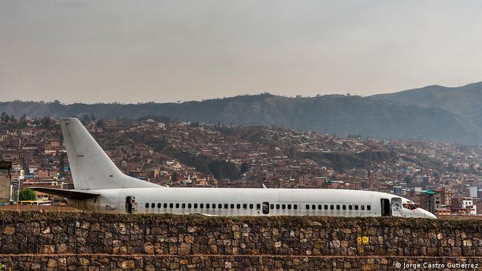 Uno de los temores del mundo académico y cultural es el daño que un aeropuerto en Chinchero puede provocar en el entorno. Reclaman que los aviones sobrevolarán a escasos 600 metros de lugares de gran valor arqueológico como Ollantaytambo, Maras y Moray. Tampoco quieren toparse con imágenes como la de este avión estacionado a un costado de la pista del Cusco.