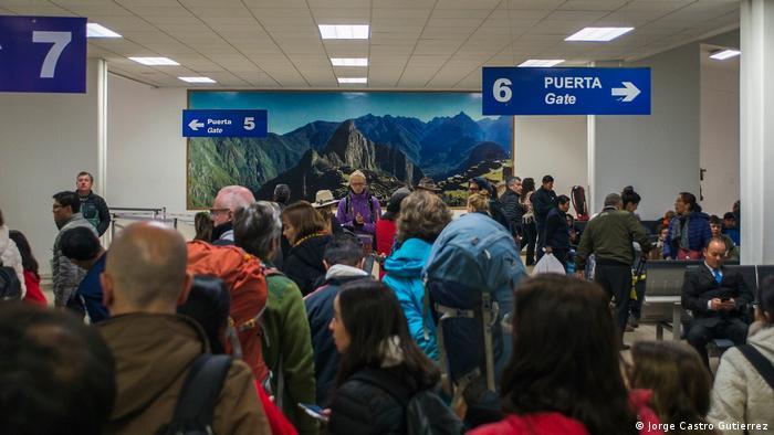 Por el aeropuerto Velasco Astete, del Cusco, ingresan anualmente 3,6 millones de turistas cuyo destino es la antigua capital del imperio inca y el Valle Sagrado, una de las principales atracciones del Perú. El nuevo aeropuerto, de mayor flujo, impondría una excesiva carga de visitantes a lugares como Machu Picchu, que ya sufren las consecuencias del turismo de masas, alertan.