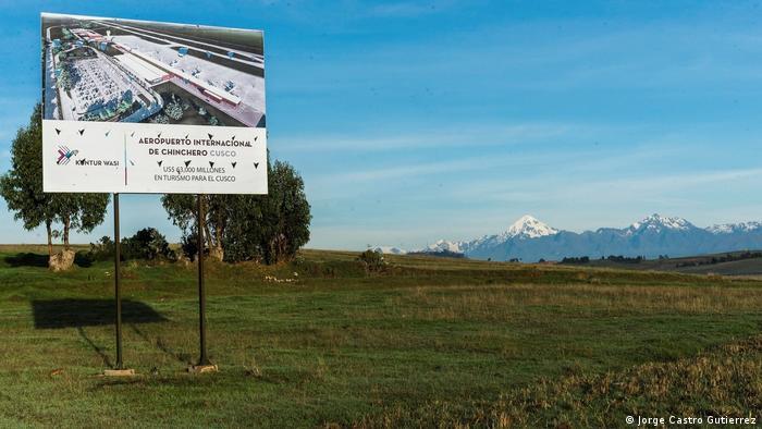 Chinchero es también el pueblo elegido por el gobierno para construir un aeropuerto que reemplace al del Cusco. El nuevo terminal aéreo permitiría el ingreso de entre seis a ocho millones de turistas al año, nuevas inversiones y empleos. Pero también sería una amenaza para la conservación de uno de los conjuntos patrimoniales más importantes del mundo, acusan opositores al proyecto.