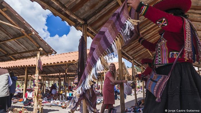 Uno de los grandes atractivos de Chinchero es su mercado de artesanías. Aquí se pueden encontrar comidas típicas y los famosos textiles, de lana de oveja y alpaca teñida con tintes naturales. Prendas de vestir, bolsos o tejidos decorativos, fabricados con técnicas ancestrales. Por su ubicación, a medio camino entre Cusco y Machu Picchu, el pueblo es un destino muy visitado por los turistas.