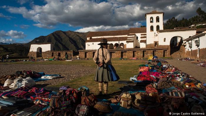 Aunque no haya edificios o monumentos incas, Chinchero no es sólo una estación de paso para llegar a Machu Picchu. El poblado es un punto neurálgico de un sistema de andenes, canales y líneas rituales diseñados por los incas en la meseta y valles circundantes, y su valor histórico-cultural y paisajístico debiera ser preservado, exigen voces contrarias al aeropuerto.