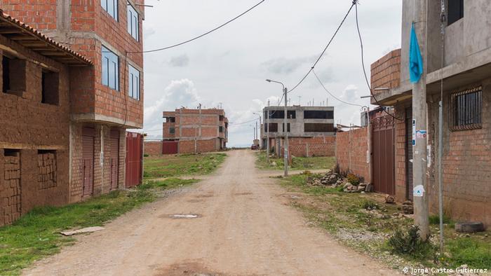 Nuevas construcciones y urbanizaciones se distinguen por doquier en Chinchero y el Valle Sagrado de los Incas. Para los opositores al proyecto de aeropuerto, el crecimiento descontrolado y desordenado es una señal de alerta que va de la mano con un movimiento especulativo en la compra de propiedades.