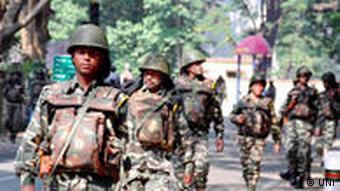 Paramilitärische Sicherheitskräfte marschieren vor der ersten Phase der Landtagswahlen im indischen Bundesstaat Jharkand