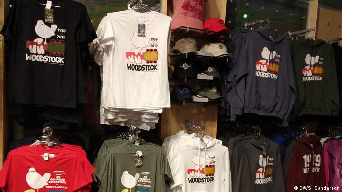 Woodstock-T-Shirts an einer Wand im Bethel Woods Center for the Arts (DW/S. Sanderson)