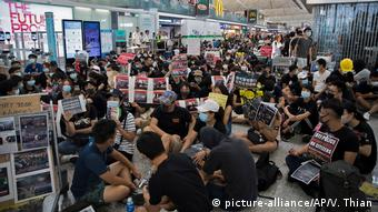Hongkong Internationaler Flughafen Proteste (picture-alliance/AP/V. Thian)