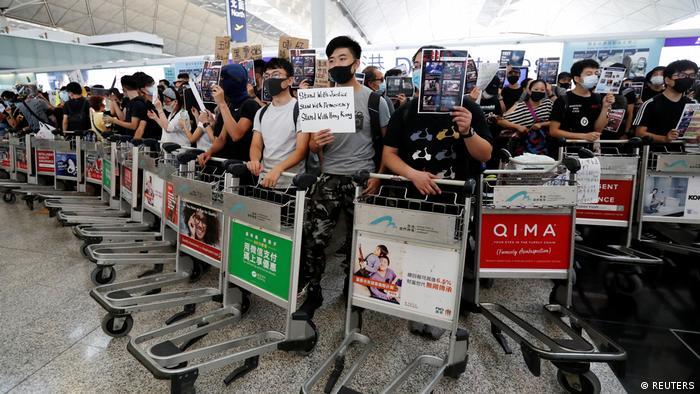 Demonstranten blockieren am Dienstag mit Trolleys den Flughafen