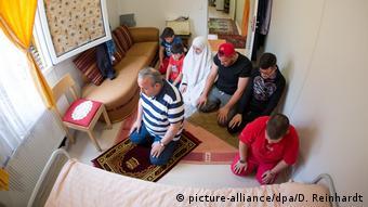 Οικογένεια από τη Συρία σε κατάλυμα στο Αμβούργο εν ώρα προσευχής