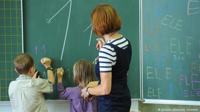 Вчителька під час уроку у першому класі