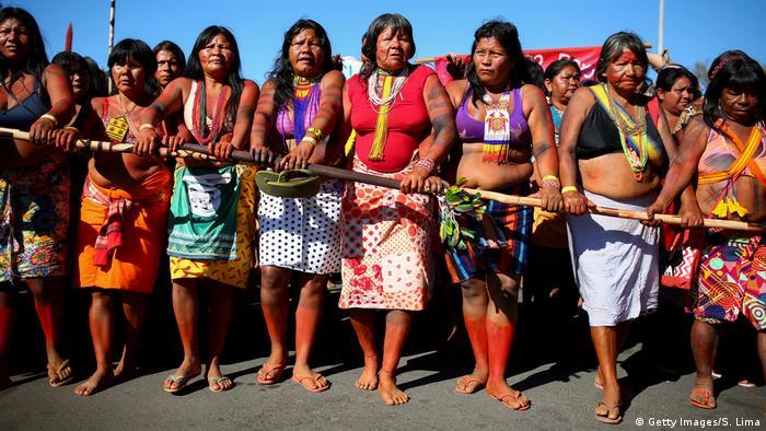 Mulheres indígenas em marcha rumo ao Ministério da Saúde, no dia 12 de agosto