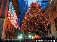 Weihnachtsbaum vor der Börse in New York (Foto: dpa)