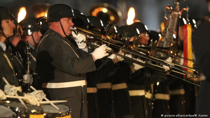 Military brass band at a Grosser Zapfenstreich (picture-alliance/dpa/W. Kumm )