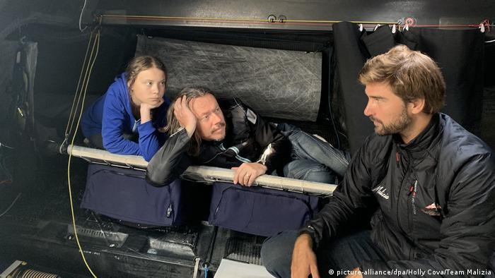 Boris Herrmann en charla con Greta Thunberg y su padre.