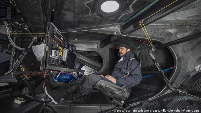 El área de controles del velero que lleva a Greta Thunberg a su destino en Nueva York