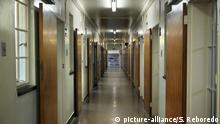 Corridor between cells on Robben Island, Cape Town, prison grounds used for political prisoners during apartheid, South Africa   Verwendung weltweit
