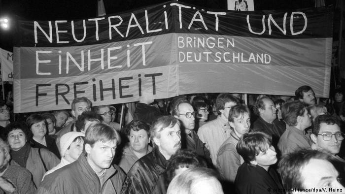 Manifestantes em Leipzig diante de faixa em alemão: Neutralidade e unidade trazem liberdade à Alemanha
