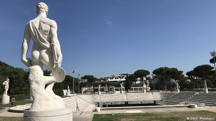Estátua de homem no Foro Italico de Roma