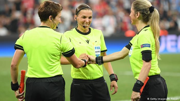 Судейская бригада матча за Суперкубок УЕФА: Мишель О'Нил, Стефани Фраппар и Мануэла Николози (слева направо)