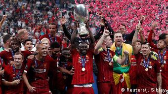 Mané alza la Supercopa de la UEFA.