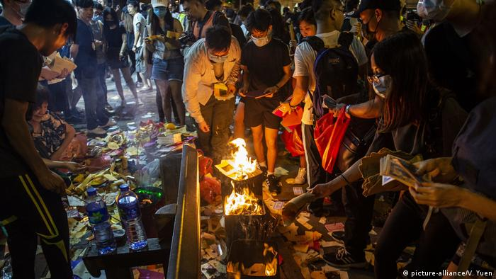 China, Hongkong: Neue Proteste mit Feuer (picture-alliance/V. Yuen)