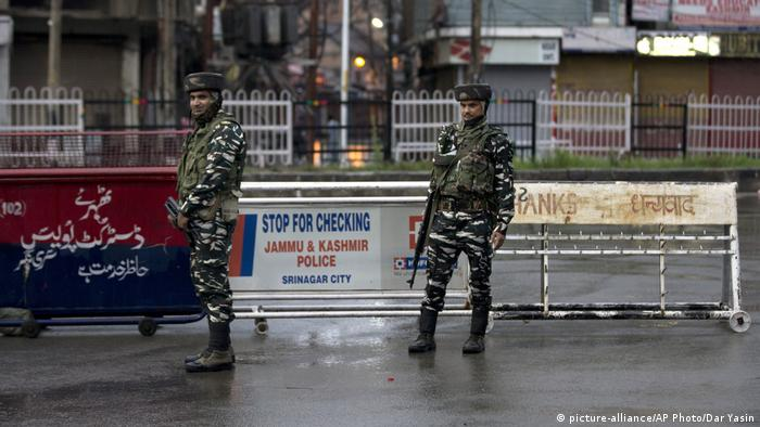 Indien Kaschmir Soldaten in Srinagar (picture-alliance/AP Photo/Dar Yasin)