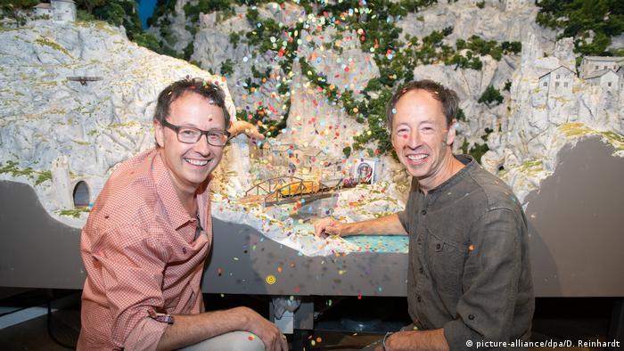 Frederik (l) und Gerrit Braun celebrate the Miniatur Wunderland's records (picture-alliance/dpa/D. Reinhardt)