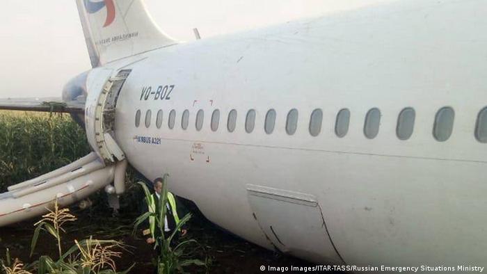 Russland nahe Ramenskoye | Airbus A321 der Ural Airline Notlandung im Feld (Imago Images/ITAR-TASS/Russian Emergency Situations Ministry)