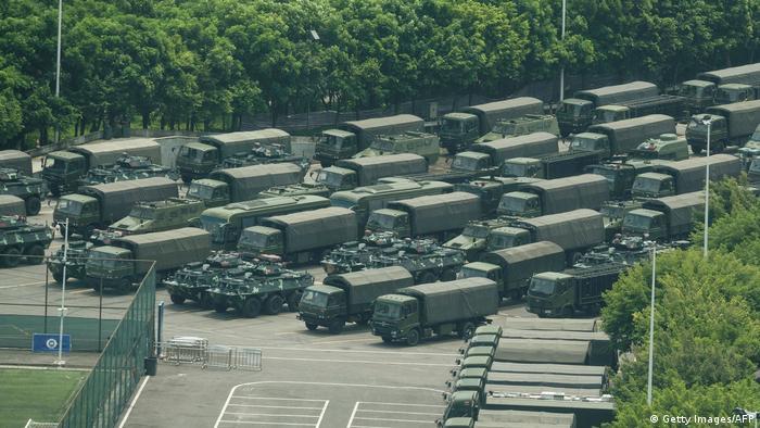 Vehículos militares chinos en el estacionamiento del estadio de Shenzhen.