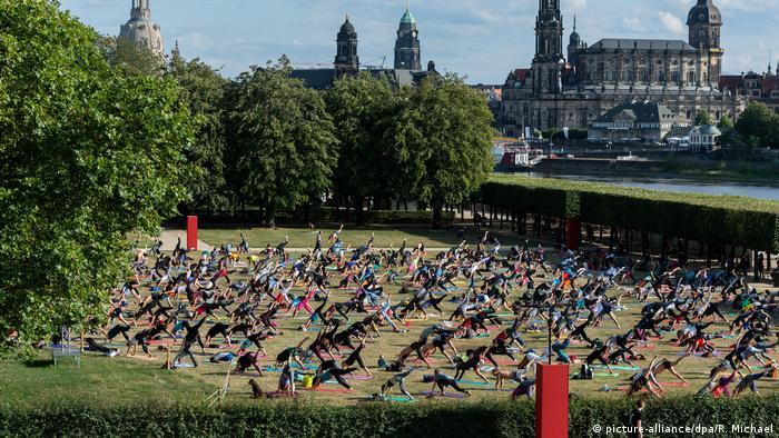 BdT Yoga beim Palaissommer in Dresden (picture-alliance/dpa/R. Michael)