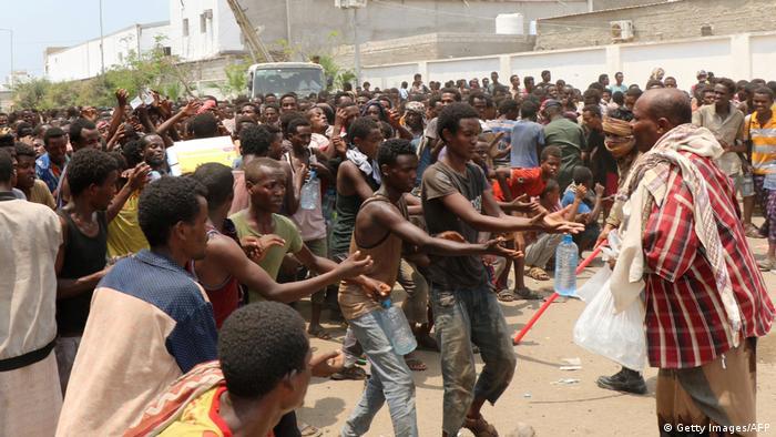 Jemen Flüchtlinge im Stadion in Red Sea port city of Aden